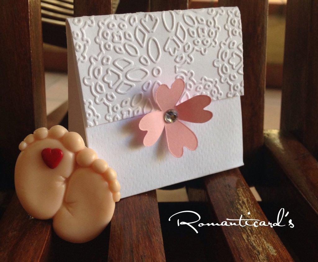 Bomboniera a scatolina con fiore e calamita di piedini con cuore by Romanticards