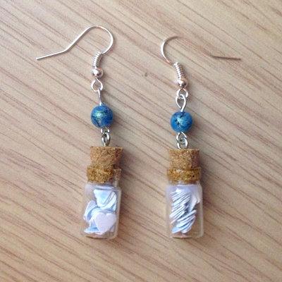 Orecchini pendenti con boccette di vetro con cuoricini azzurri e bianchi, fatti a mano