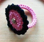 anello uncinetto rosa e nero con piccola pietra centrale