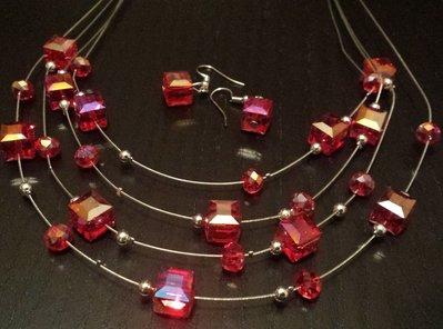 Collana multifilo con cristalli cubi rosso rubino