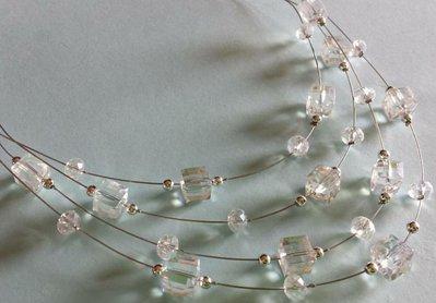 Collana multifilo con cristalli cubi color ghiaccio