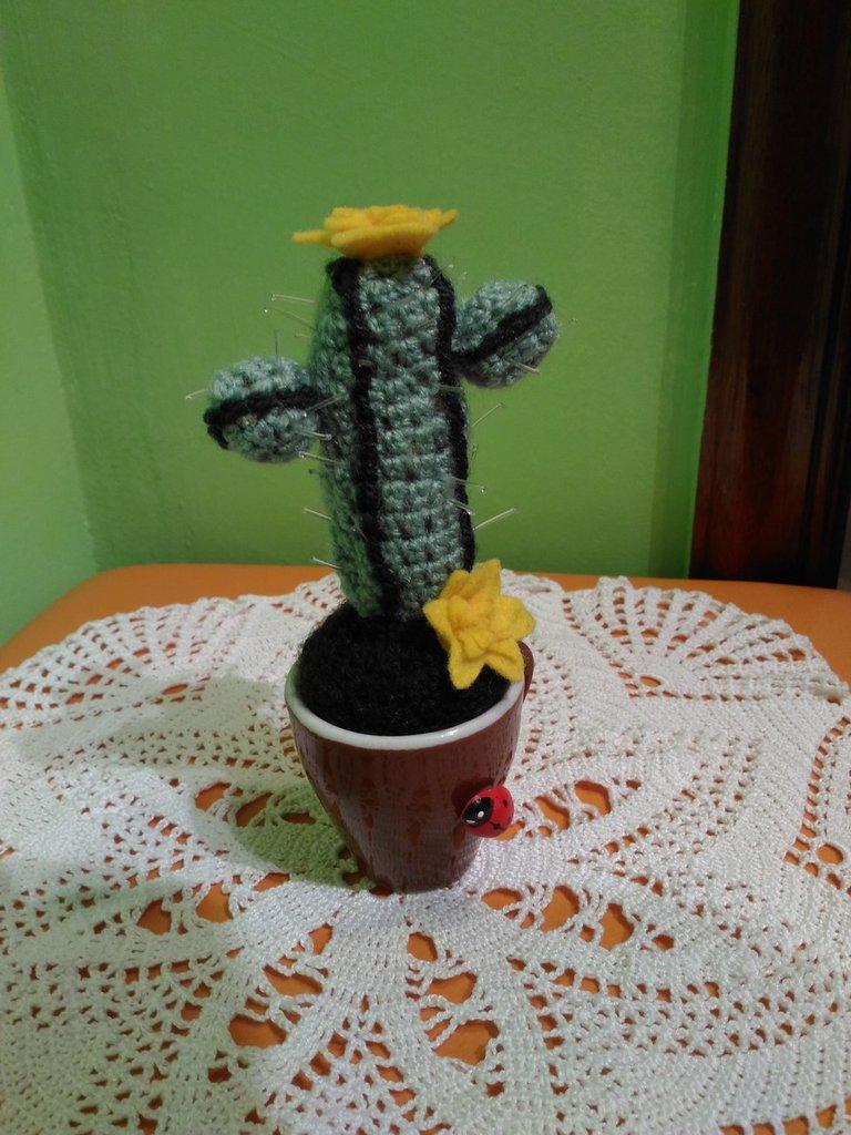 Amigurumi, cactus, pianta grassa ad uncinetto con fiori gialli