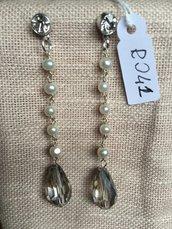 Orecchini con ganci anallergici nichel free, cinque perle, gocce di cristallo e due piccoli Swarovski.