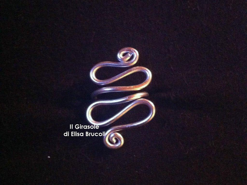 Anello in wire argentato con curve e spirali
