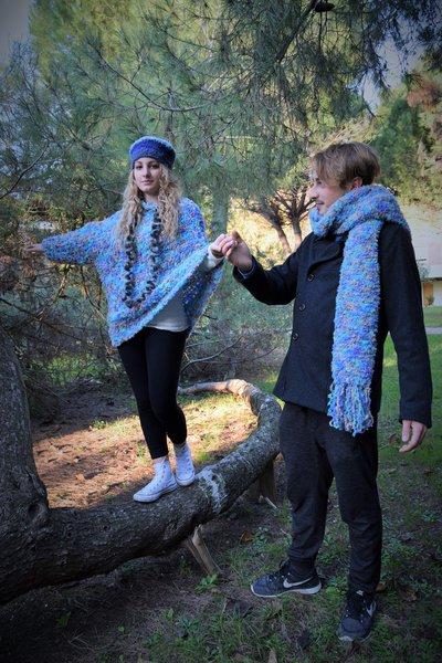 maglia-poncho azzurra con una sola manica