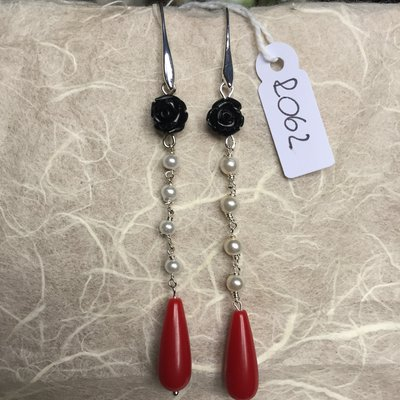Orecchini con ganci anallergici nichel free, due roselline in resina, perle e gocce di agata.