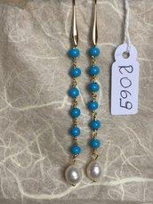 Orecchini con ganci anallergici nichel free, cinque perline di pasta turchese e perle naturali.