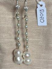 Orecchini con ganci anallergici nichel free, cinque piccole perle e perle double.