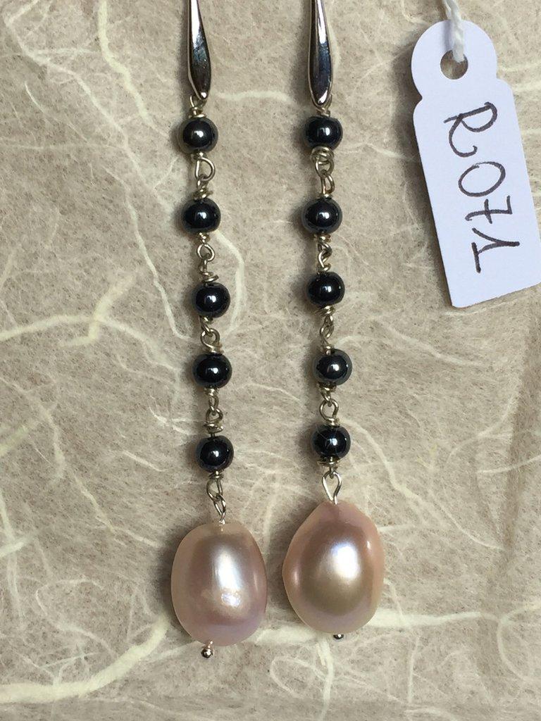 Orecchini con ganci anallergici nichel free, cinque perline di ematite e perle naturali.