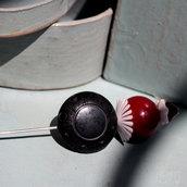 Spillone rosso e nero in stile retrò