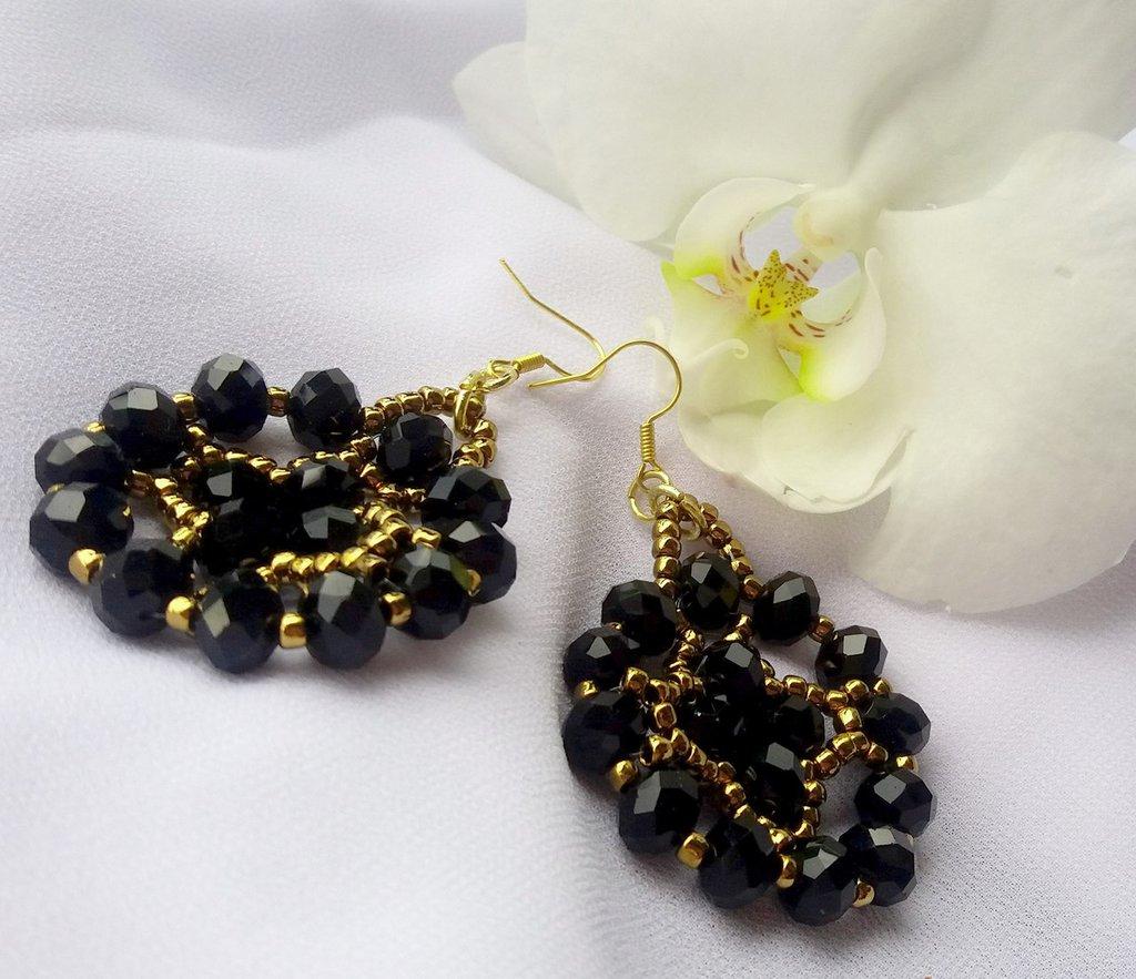 Orecchini pendenti tondi con mezzi cristalli neri e perline Preciosa Rocailles