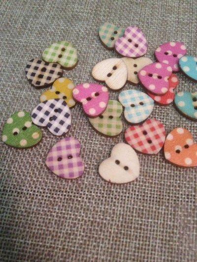 10 bottoni in legno a forma di cuore stampati