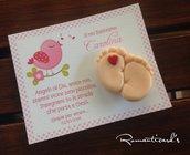 Biglietto personalizzato con calamita di piedini con cuore by Romanticards