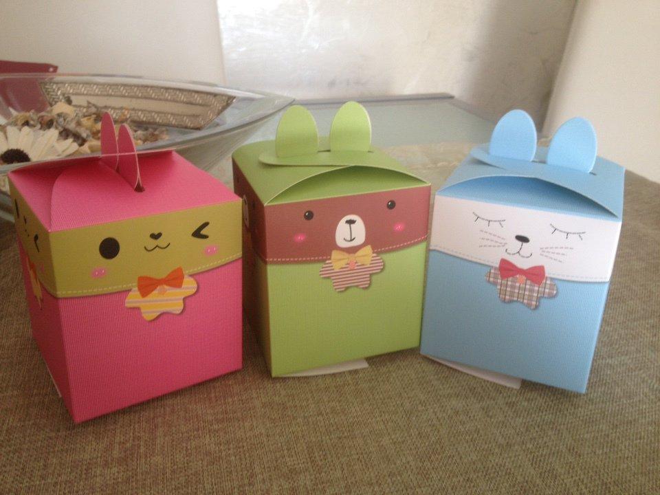 scatola a forma di coniglietto nei colori rosa,verde,blu