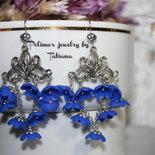 Orecchini pendenti con fiori blu.
