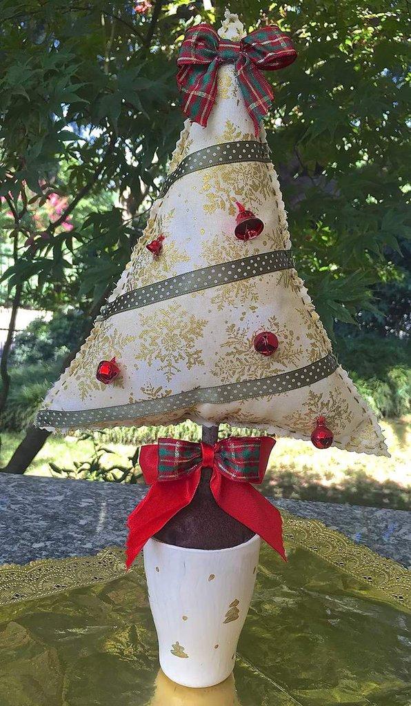 Natale - albero in tessuto dorato con campanelli rossi