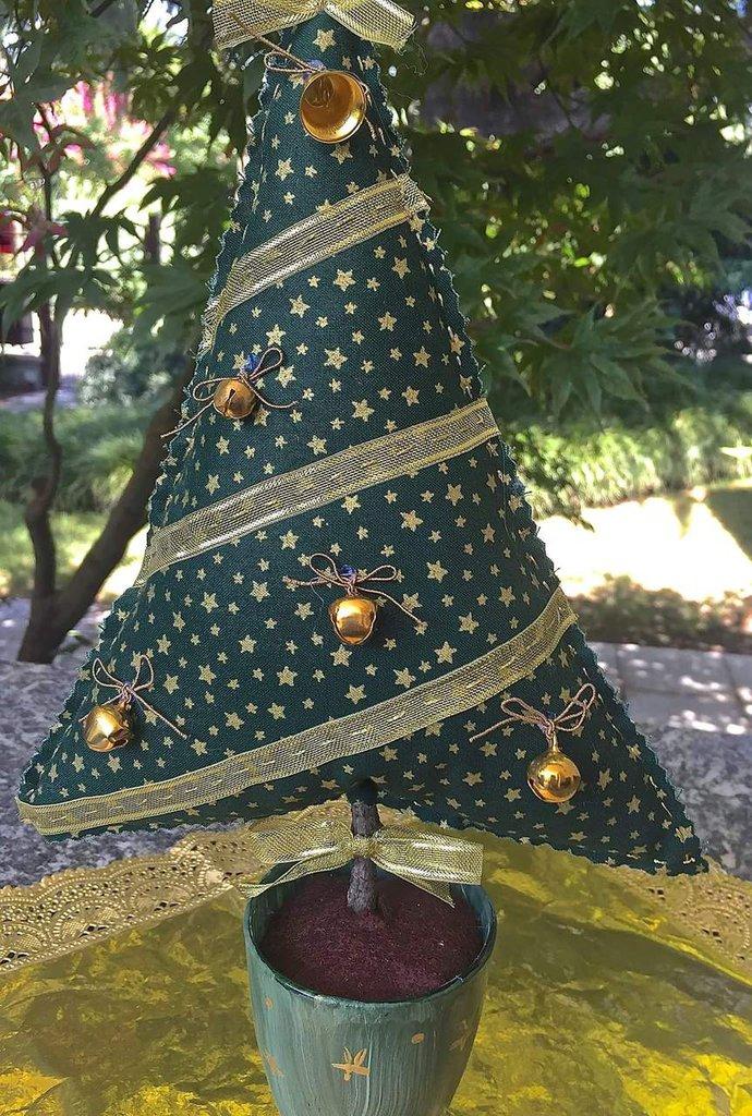Natale - albero in tessuto verde con stelle dorate con sonagli color oro