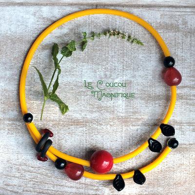 Collana semirigida gialla con perle rosse e nere