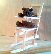 Sedia a dondolo con orsetto amigurumi