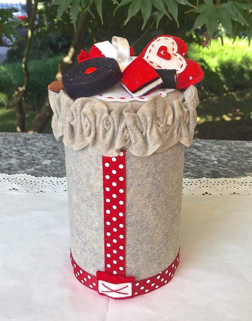 Barattolo decorato con caramelle di feltro