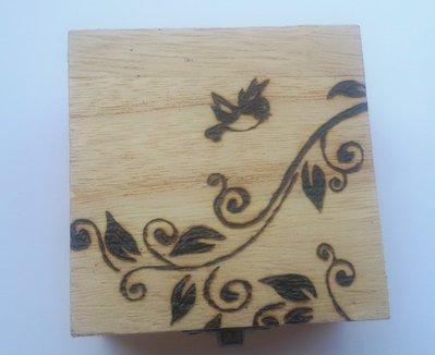 Scatola in legno incisa a fuoco con il pirografo - uccellino con ramo