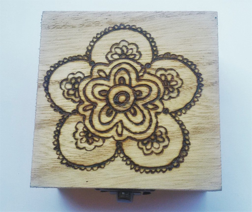 Scatola in legno incisa a fuoco con il pirografo - mandala fiore
