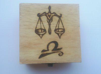 Scatola in legno incisa a fuoco con il pirografo - segno zodiacale bilancia