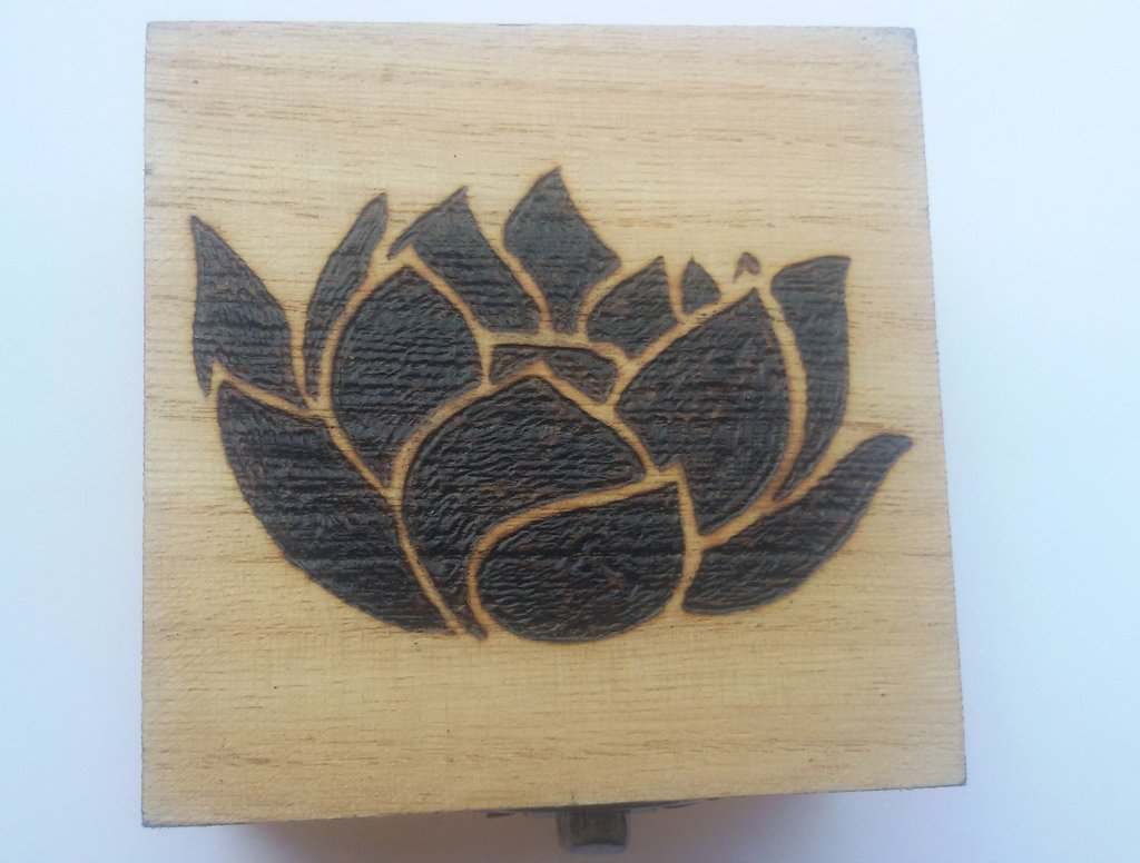 Scatola in legno incisa a fuoco con il pirografo - fiore di loto