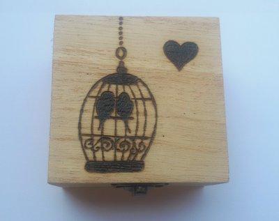 Scatola in legno incisa a fuoco con il pirografo - uccellini in gabbia