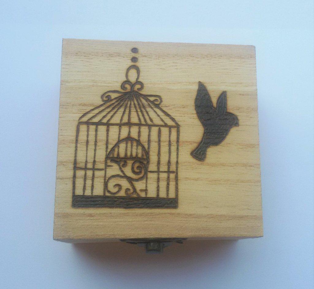 Scatola in legno incisa a fuoco con il pirografo - uccellino fuori dalla gabbia
