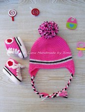 Cappellino e scarpine per neonata in stile Converse, fatto a uncinetto.