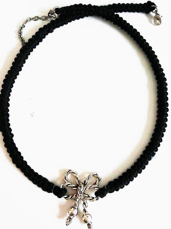 Collana corta cordone nero lavorato ad uncinetto e fiocco argento