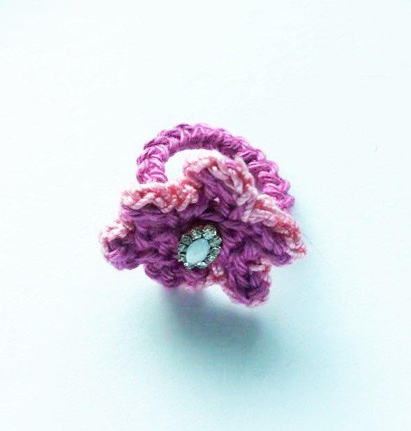 anello uncinetto cotone rosa scuro con piccola pietra centrale allungata