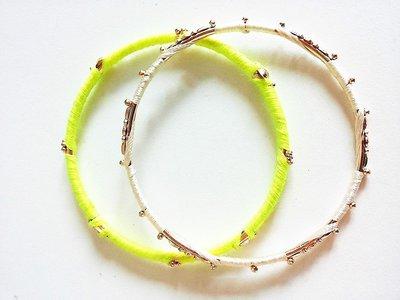 """Coppia di bracciali rigidi in metallo rivestiti da finissimo cotone celeste e verdde acido - linea """"tutto attorno"""""""