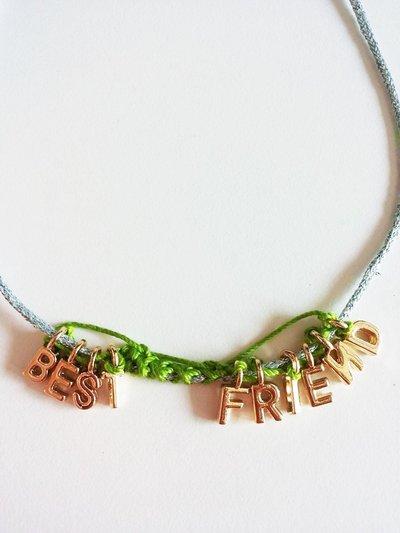 """Collana girocollo grigio perla glitterata con ciondolini che compongono la scritta """"BEST FRIENDS"""""""