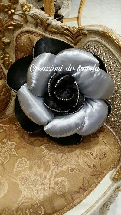 Cuscino nero e argento a forma di rosa