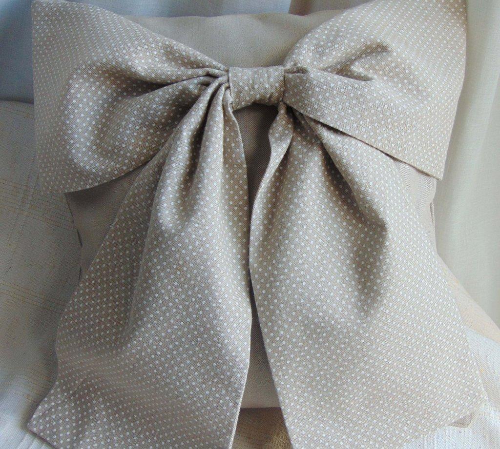 Cuscino in tela grezza con fiocco a pois