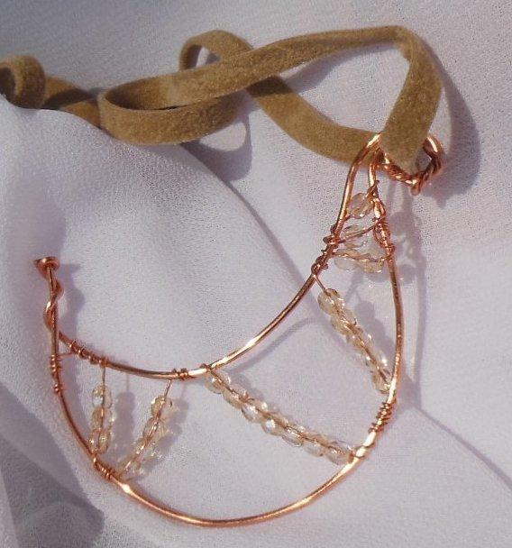 Ciondolo wire a forma di mezza luna fatto a mano con filo di rame e cristalli