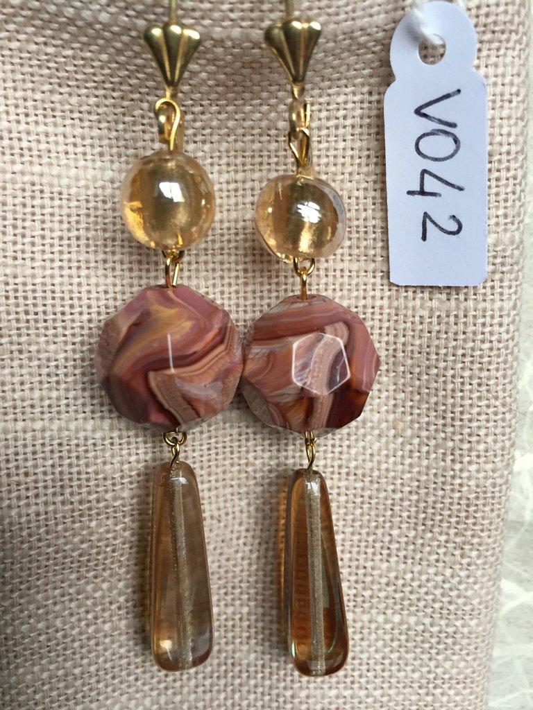 Orecchini con ganci anallergici nichel free, tondi in resina striata e ciondoli in vetro di Murano.