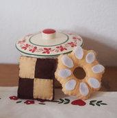 Coppia di BISCOTTI per la colazione.Feltro,fatti a mano.Decorati con zucchero,cioccolata.Uno rotondo ed uno quadrato.Bomboniera-soprammobile-gioco-spilla spiritosa-magnete