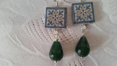 Orecchini pendenti con lapillo in pietra lavica e goccia in quarzo verde