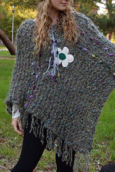 poncho verde con fiore  con berretta con fiore