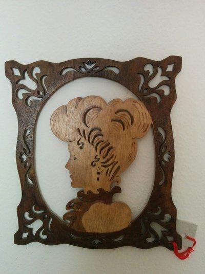 Ritratto di signora in cornice, in legno, tecnica del traforo