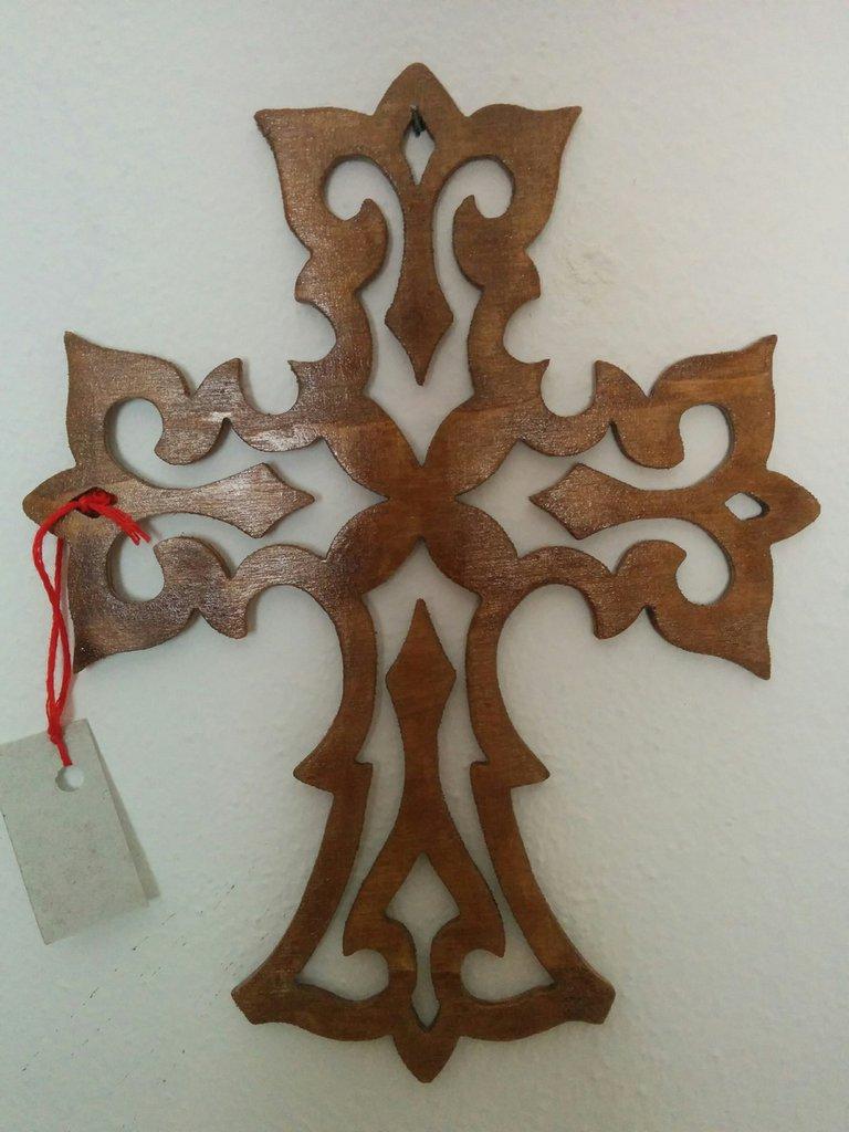 Croce intarsiata in legno, tecnica del traforo