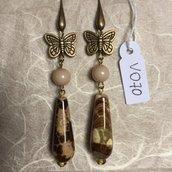 Orecchini con ganci anallergici nichel free, piccole farfalle in acciaio e gocce in agata.