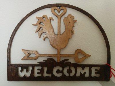 """Mezzo tondo con scritta """"Welcome"""" e con gallo segnavento, tecnica del traforo"""