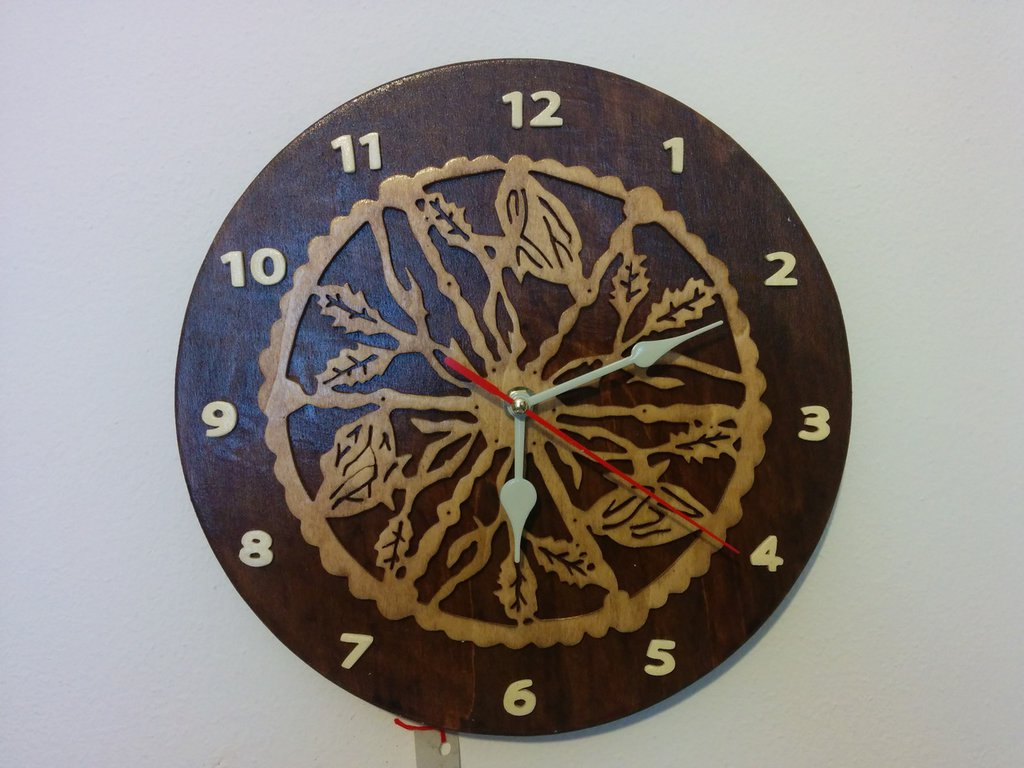 Orologio da parete in legno, tecnica del traforo