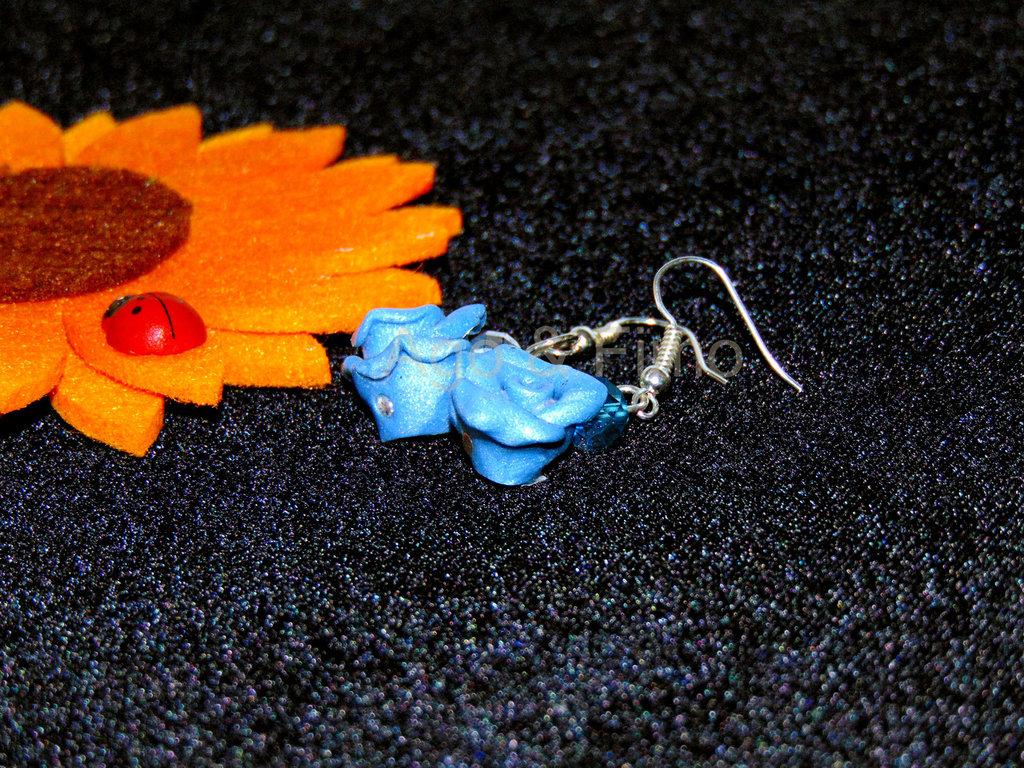 orecchini pendenti roselline fimo azzurro cielo
