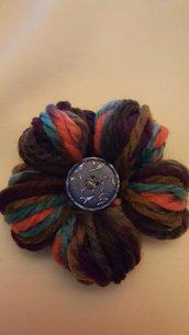 spilla fiore con bottone azzurro