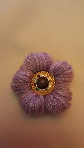 spilla fiore lilla con bottone viola